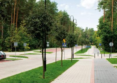 plyta-chodnikowa-35x35-producent-Superbruk-przykladowa-realizacja-alejka-przy-drodze