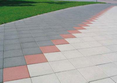 plyta-chodnikowa-35x35-producent-Superbruk-przykladowa-realizacja-chodnik-dwa-kolory