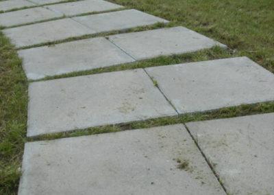 plyta-chodnikowa-50x50-producent-Superbruk-Bialystok-realizacja-sciezka-w-trawie-3