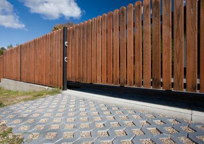 Plytka-chodnikowa-azurowa-EKO-beton-producent-ABW-superbruk-bialystok-realizacja-08-parking-brama